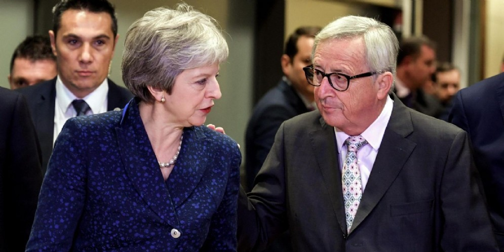 La premier brittannica Theresa May con il presidente della Commissione Ue Jean-Claude Juncker