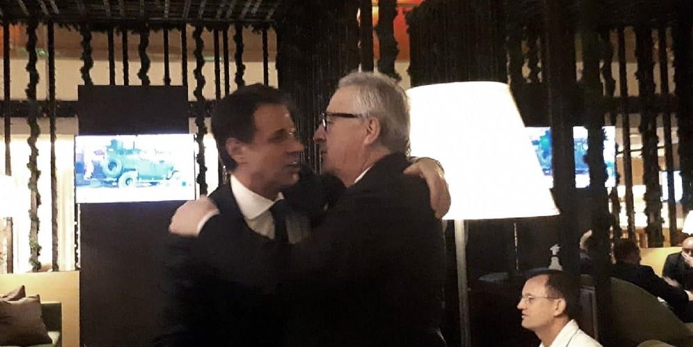 Il premier Giuseppe Conte con il presidente della Commissione Ue Jean-Claude Juncker