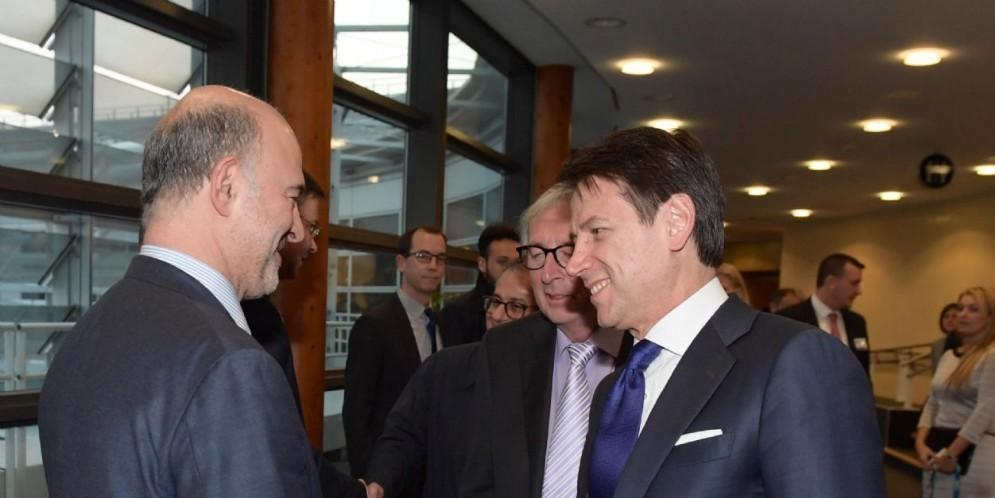 Stretta di mano tra il premier Giuseppe Conte e il commissario europeo agli Affari economici Pierre Moscovici