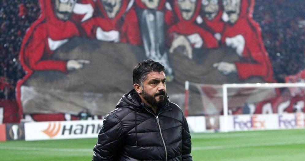 Mister Gattuso con alle spalle la scenografia dei tifosi greci