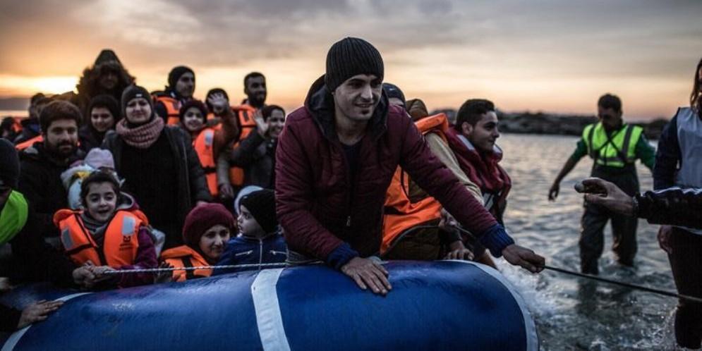 Migranti sbarcano in Grecia