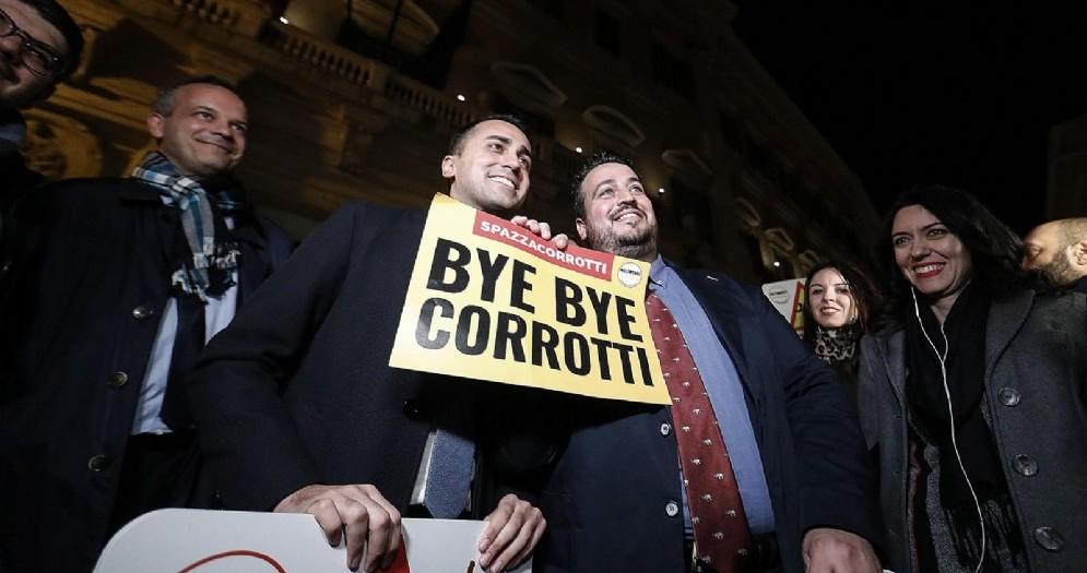 Luigi Di Maio, vice premier e ministro del Lavoro e dello Sviluppo Economico, insieme ai parlamentari del M5s in piazza Montecitorio per festeggiare l'approvazione alla Camera del ddl anticorruzione