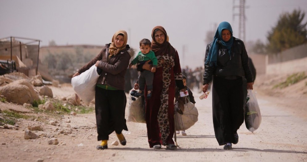 Profughi siriani lasciano le loro abitazioni