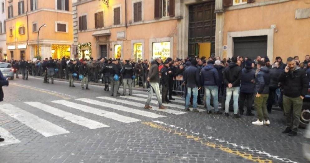 Un momento della protesta dei tassisti romani davanti al Senato