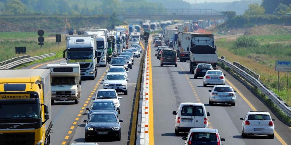 Traffico congestionato sulla A4 a causa di due incidenti e della nebbia
