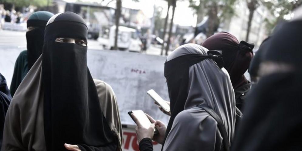 «Quella donna non può indossare il burqua»: revocata l'ordinanza del sindaco