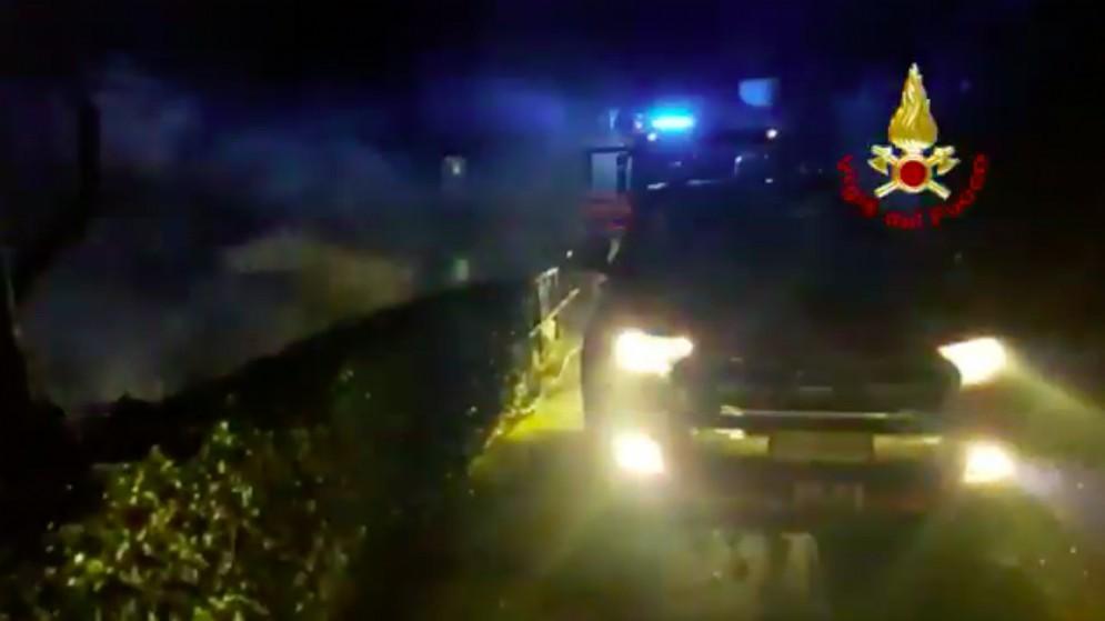 Paura a Opicina, all'alba va a fuoco un deposito: intervengono i vigili del fuoco