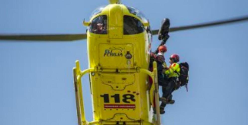 Chiama il Soccorso Alpino ma rifiuta di salire sull'elicottero