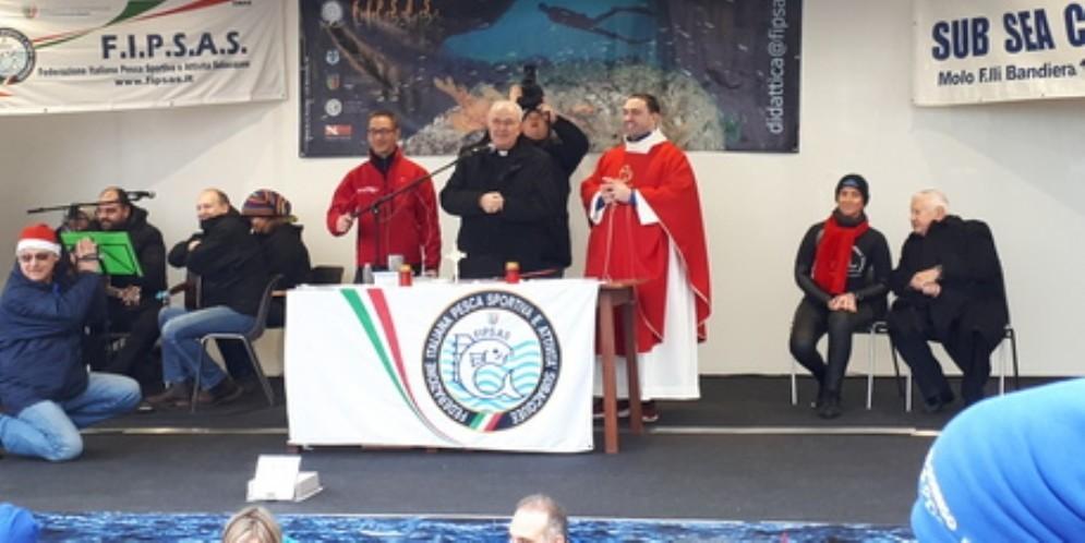 Trieste, grande successo per la messa subacquea: 400 persone in piazza Unità d'Italia