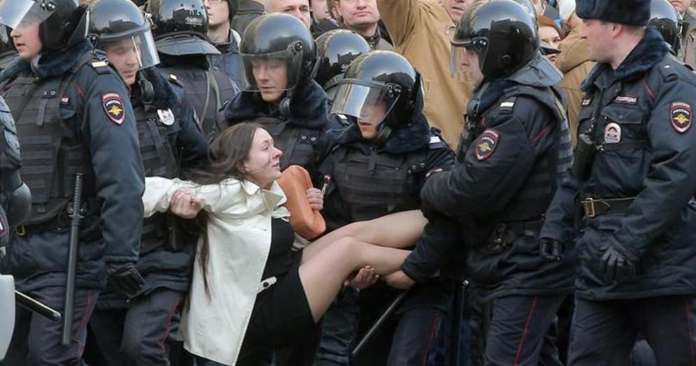 Putin vieta ai minori di protestare «senza autorizzazione»