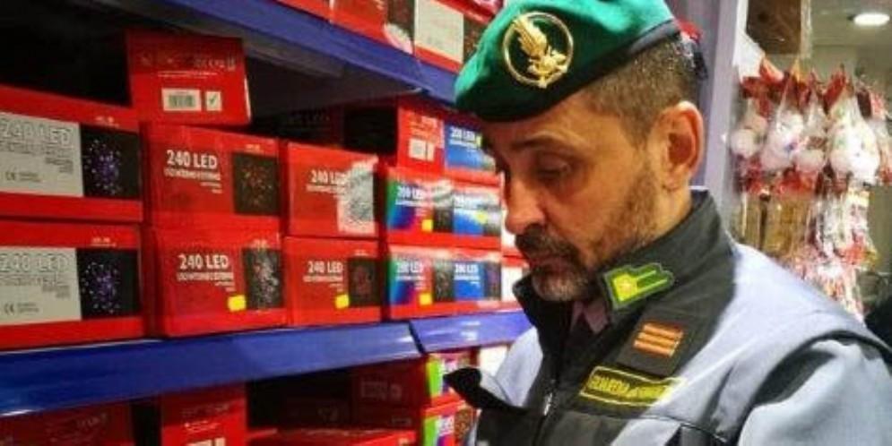 La Guardia di Finanza di Gorizia sequestra oltre 70 mila luminarie natalizie al led
