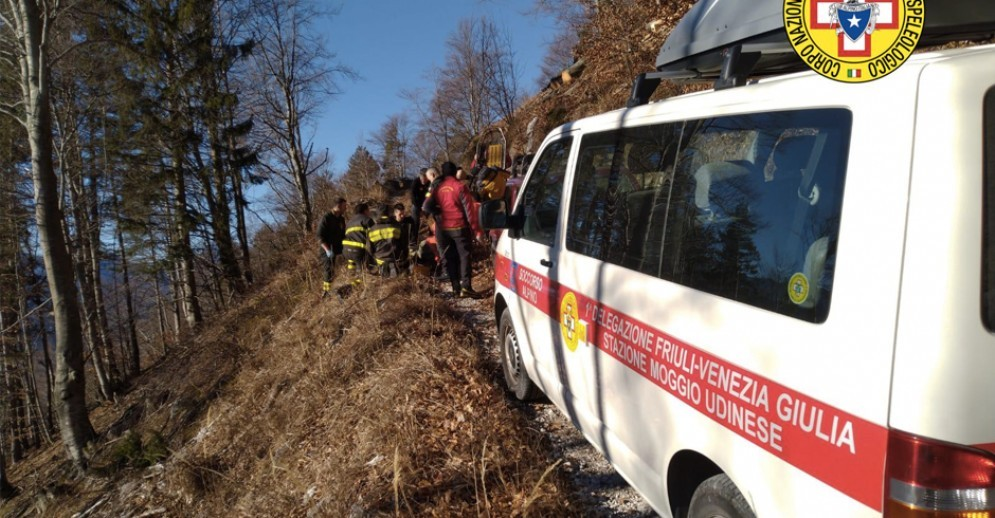 Uomo travolto da un tronco mentre taglia la legna: 20 soccorritori per salvarlo
