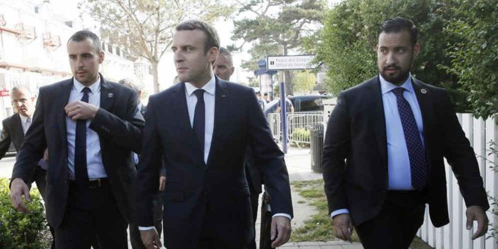 Il Presidente Macron con l'ex guardia del corpo (alla sua sinistra) Alexandre Benalla