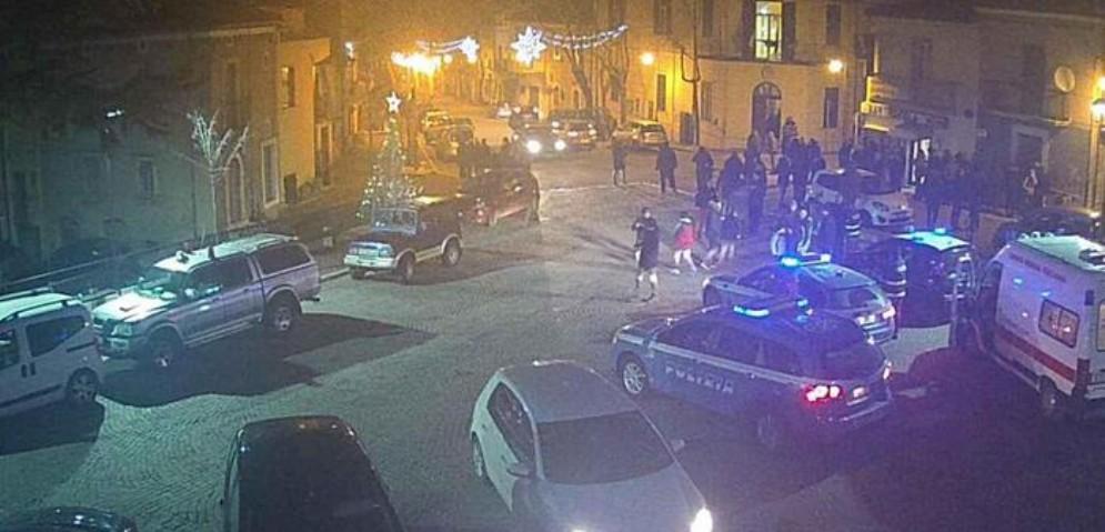 Nella webcam gente nella piazza di Collelongo