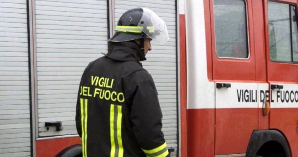 Esce fumo da un alloggio, neonata respira monossido: intervengono i vigili del fuoco