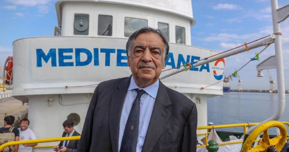 Il sindaco di Palermo Leoluca Orlando davanti alla nave Mediterranea
