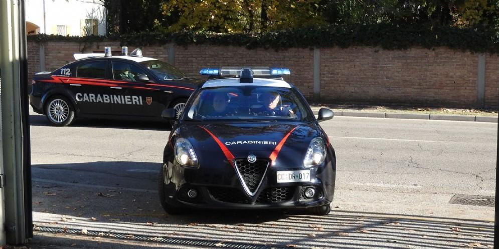 Lascia l'auto davanti ai negozi e si rifiuta di spostarla: intervengono i carabinieri