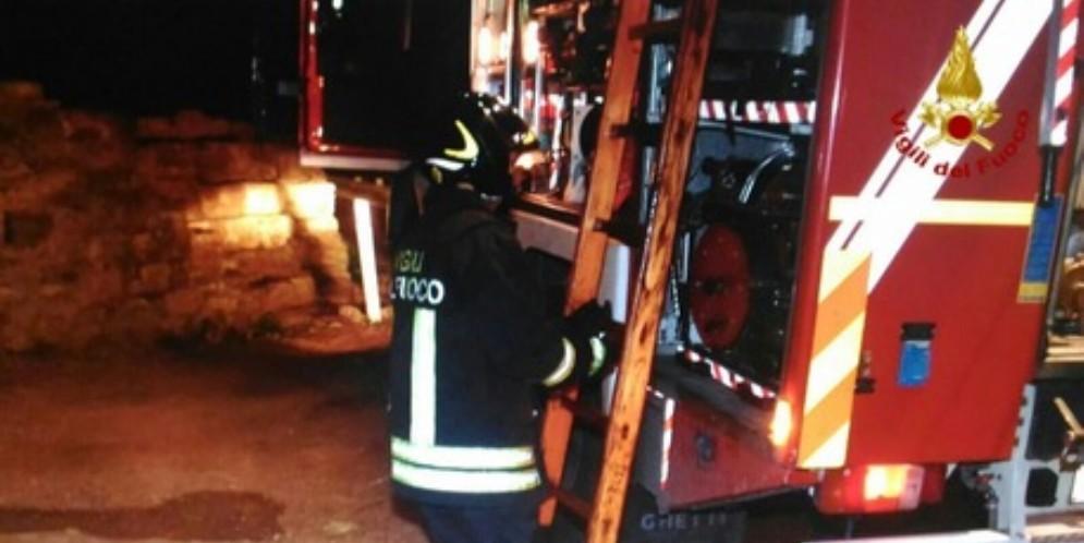 Incendio divora una roulotte: distrutta la «casa» di un pastore