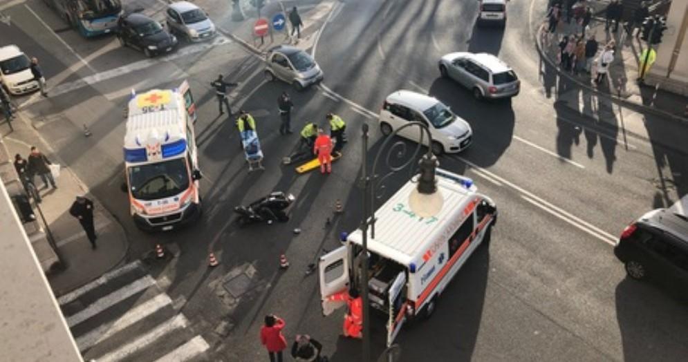 Incidente in piazza della Libertà, auto finisce contro uno scooter: ferito biker
