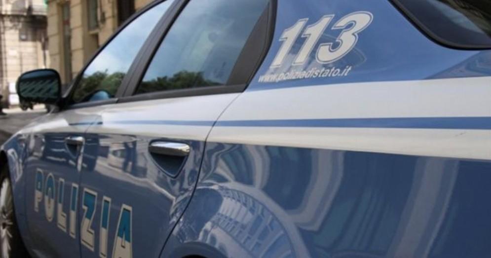 Donna colpita da un pezzo di porfido scagliato da un camion in via Torino: denunciato l'autista
