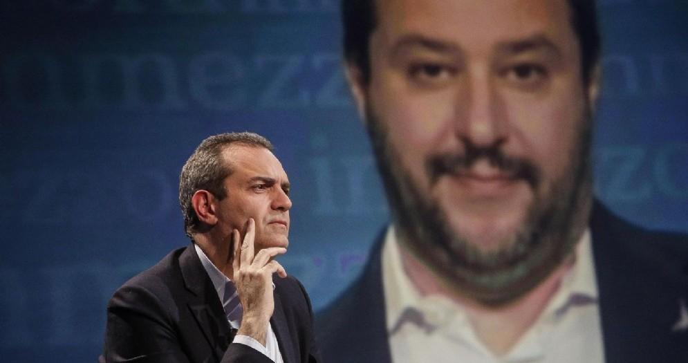 Il sindaco di Napoli Luigi De Magistris con sullo sfondo il ministro dell'Interno Matteo Salvini