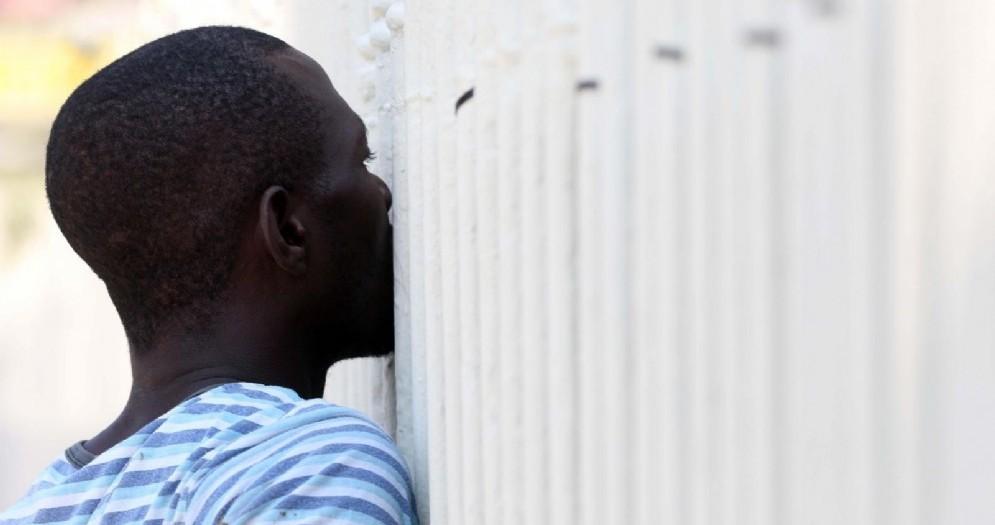 Migrante in un centro di accoglienza
