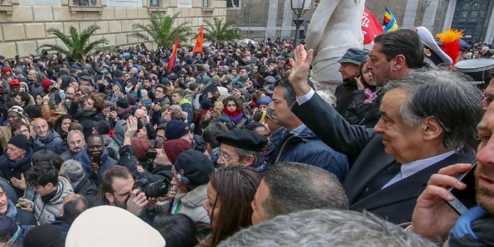 Il sindaco di Palermo Leoluca Orlando davanti al Comune dove alcune persone hanno manifestato solidarietà dopo la sospensione del decreto sicurezza