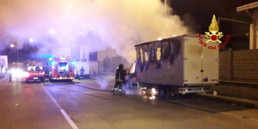 Camion a fuoco a Genova, nessun ferito