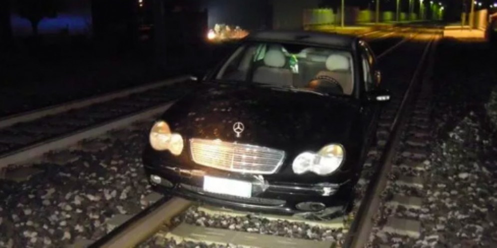 Ubriaco finisce sulle rotaie: traffico ferroviario paralizzato