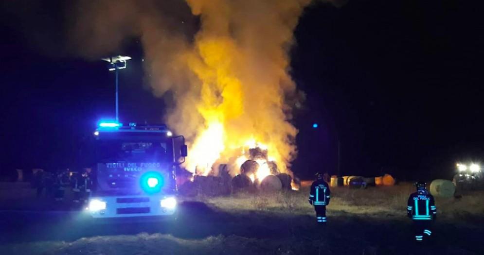A fuoco un deposito di rotoballe: allarme a Lestizza