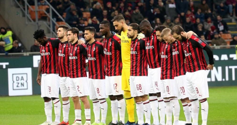 La formazione del Milan schierata a metà campo prima di una partita