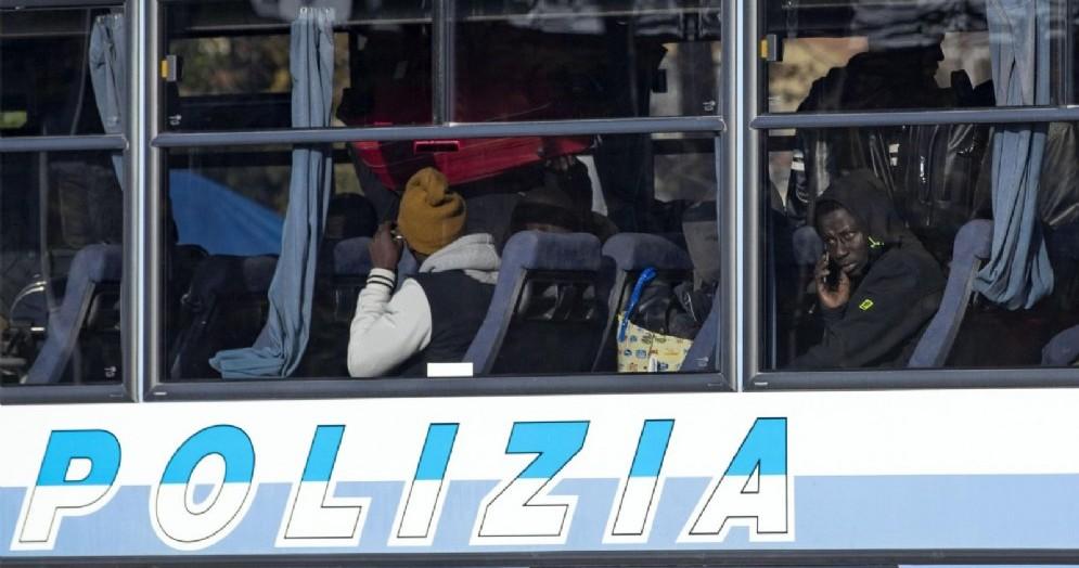 Migranti portati via dalla Polizia