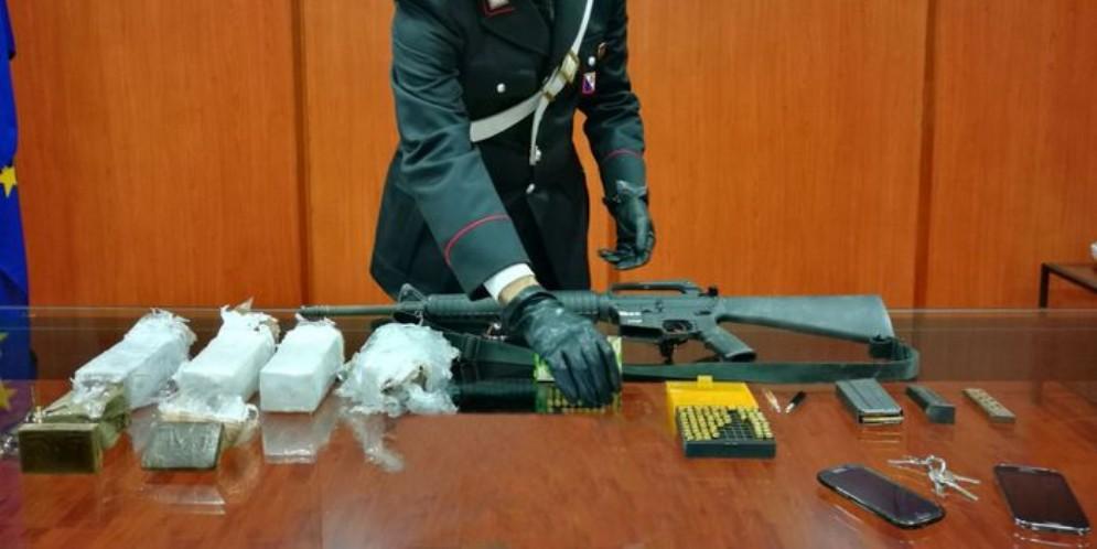 In casa ha munizioni da guerra, arrestato 60 anne