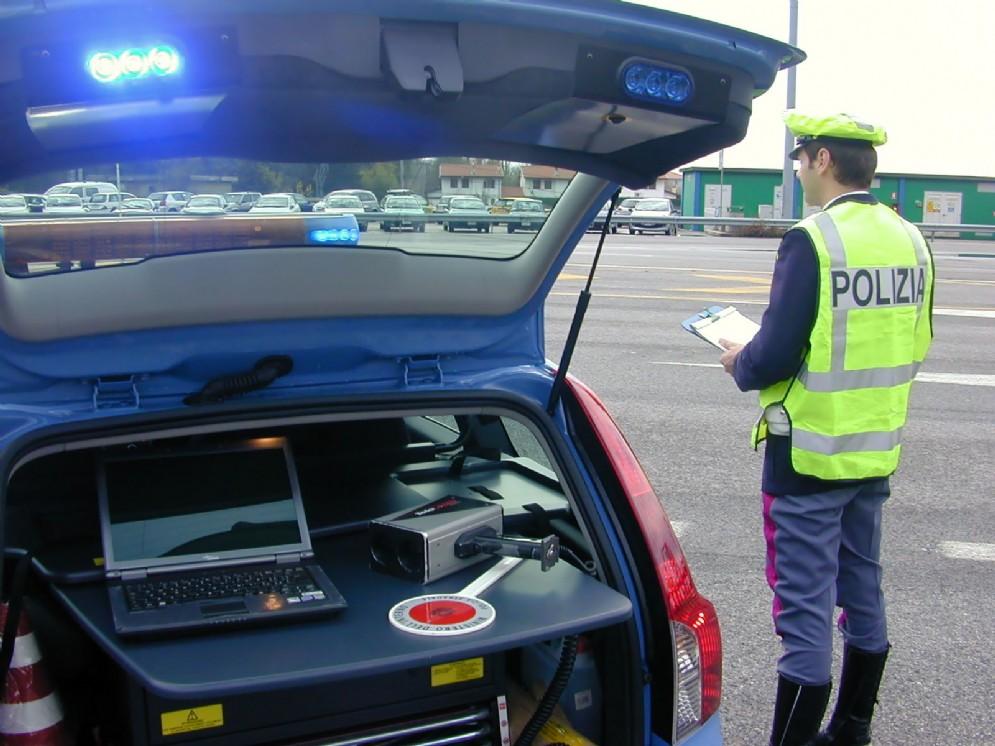 Controlli della Polizia stradale: inasprimento delle pene per chi guida con il telefonino
