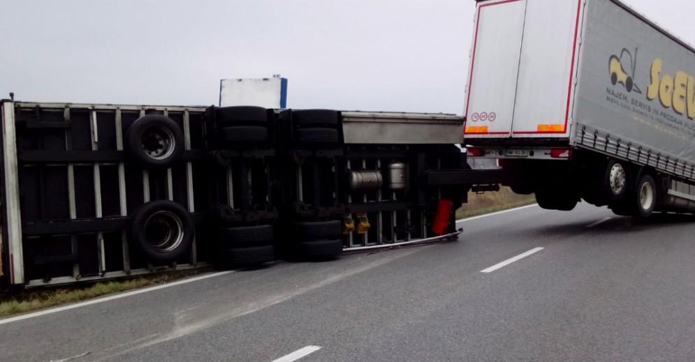 Autoarticolato perde il controllo tra Manzano e Buttrio: bloccata la sr 56