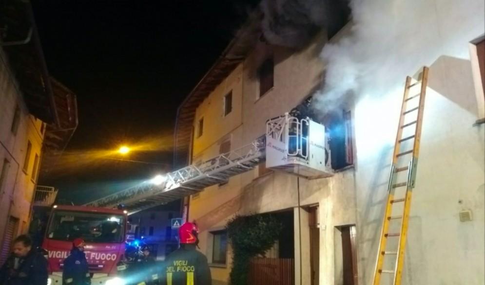 A fuoco un'abitazione di Mereto di Tomba: salvo un 76enne