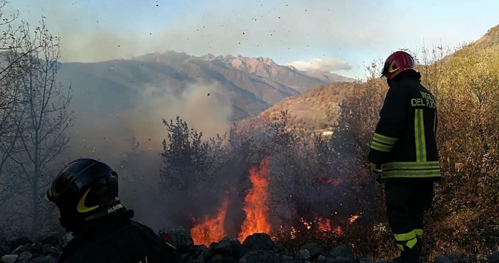 Bruciano ancora i boschi di Donato, intervengono i vigili del fuoco