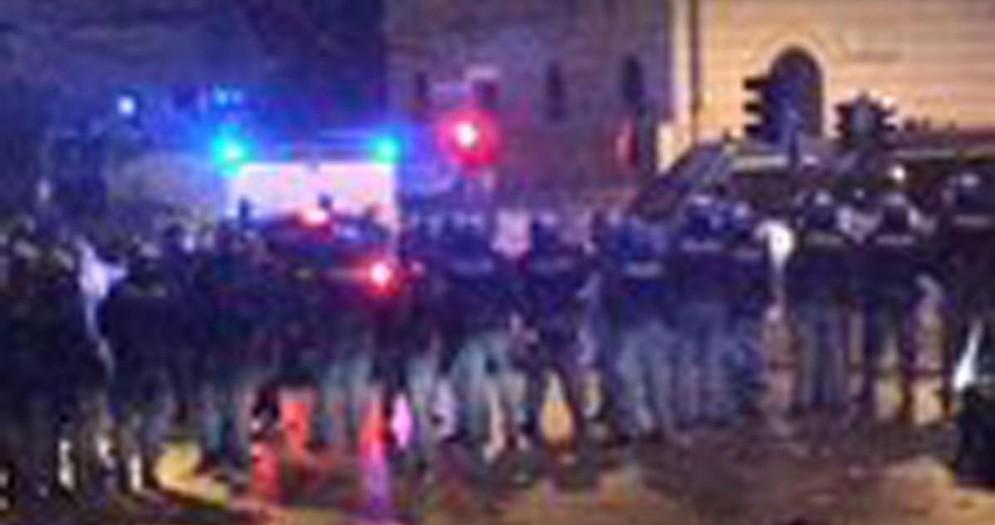 Un'immagine tratta dal profilo Twitter di Francesco Pietrella mostra la situazione in piazza della Liberà, al centro di Roma, dove si sono verificati scontri durante i festeggiamenti per i 119 anni della Lazio