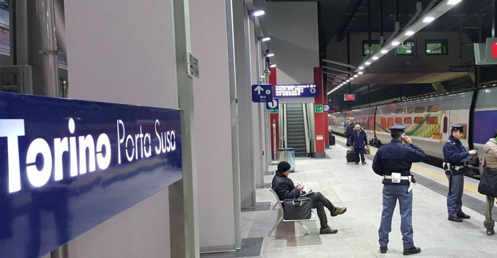 «Dimentica» trolley sul treno regionale: dentro trovati 3.000 euro