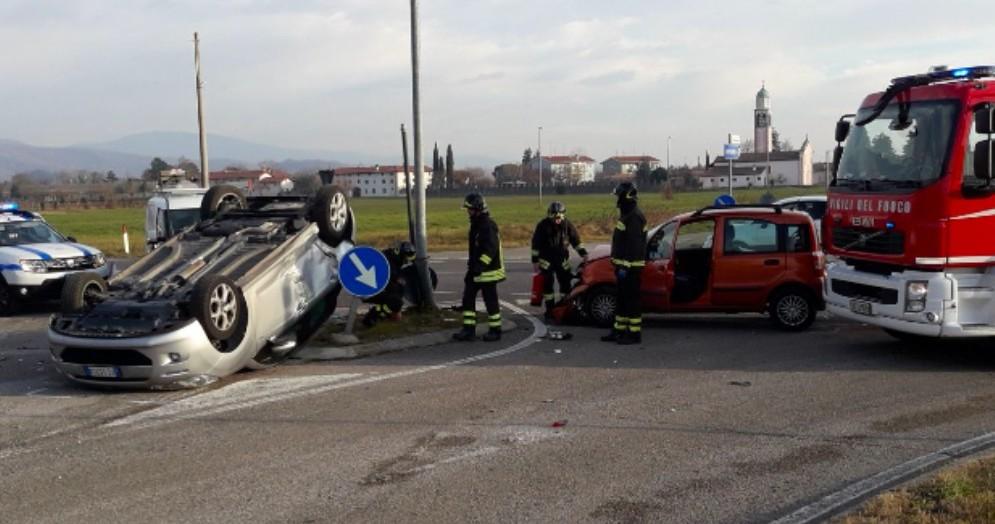 Incidente stradale a Cividale: un'auto finisce ruote all'aria