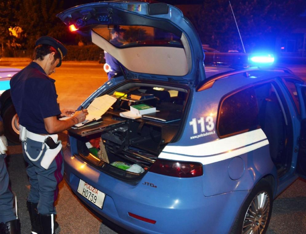 Ubriaco pianta l'auto in mezzo alla strada davanti alla polizia: patente ritirata