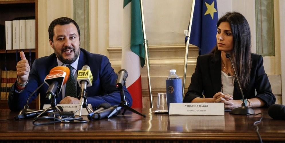 Il vicepremier e ministro dell'Interno Matteo Salvini con la sindaca di Roma Virginia Raggi