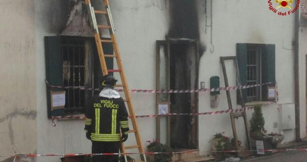 Casa in fiamme per una fuga di gas: 87enne un ferito