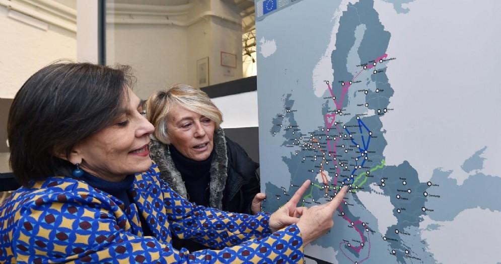 Elisabetta Carbone mostra la piantina TAV durante la conferenza stampa di presentazione del flash mob SI TAV che si terrà sabato 12 gennaio a Torino
