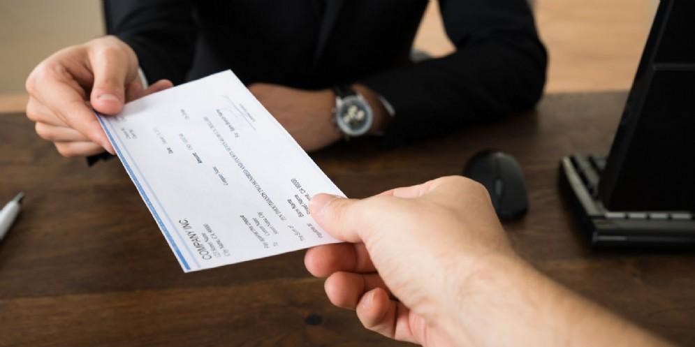 In banca con assegni rubati e contraffatti: nei guai una 26enne rom