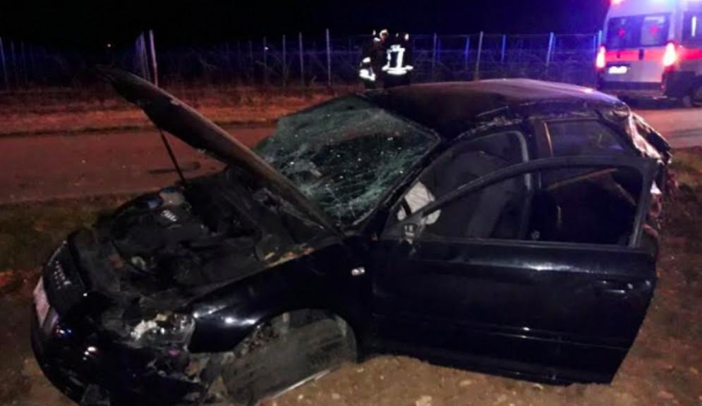 Auto esce di strada e finisce ruote all'aria: illeso il conducente