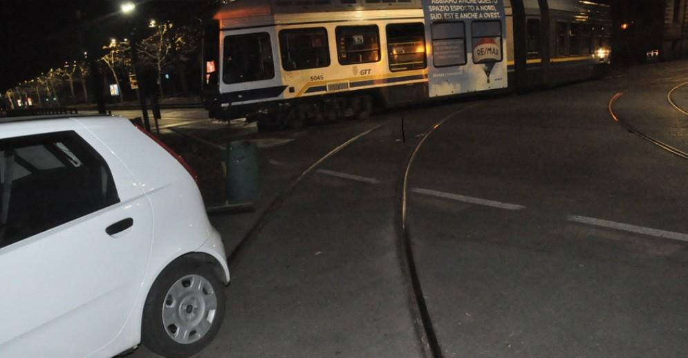 Violento urto tra auto e tram 16: i due conducenti portati in ospedale