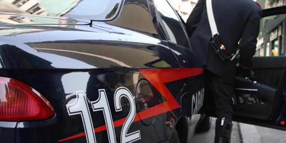 Fa cadere l'anziana madre e minaccia con un bastone i carabinieri: denunciato
