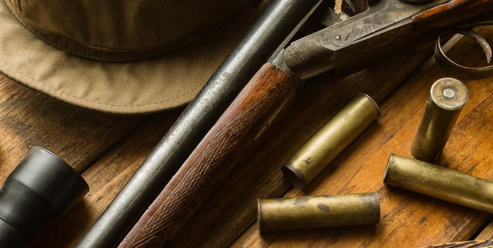 Dimentica il fucile da caccia su un muretto: denunciato dai carabinieri