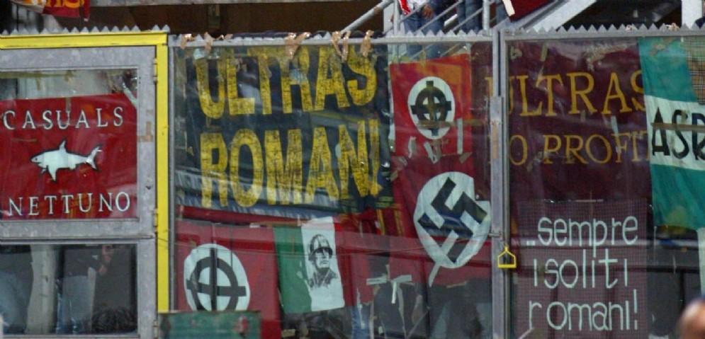 Striscioni razzisti durante un incontro di calcio